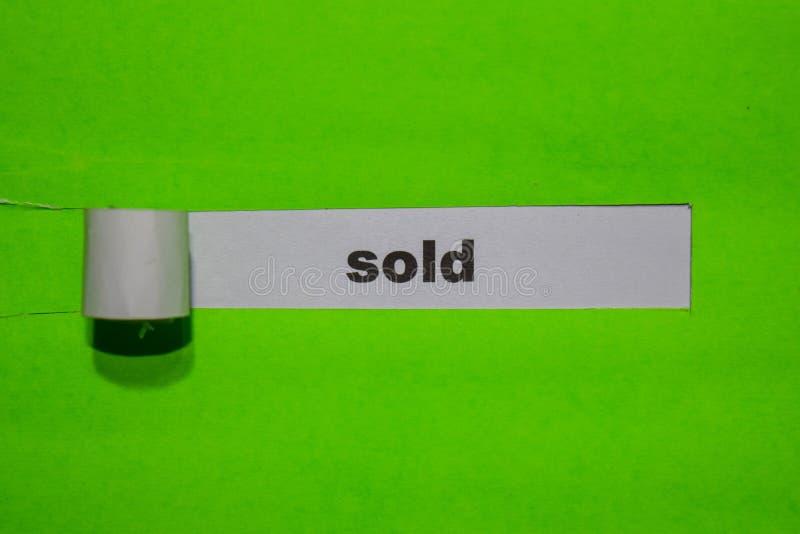 Concetto VENDUTA, di ispirazione e di affari su carta lacerata verde fotografie stock libere da diritti