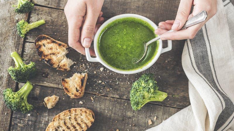 Concetto verde fresco della minestra dei broccoli fotografie stock libere da diritti