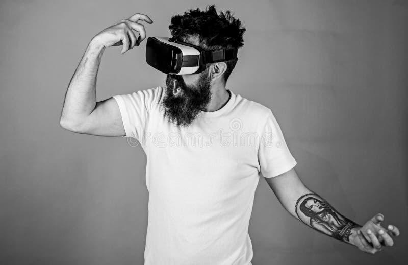 Concetto virtuale del partito Pantaloni a vita bassa sul fronte gridante divertendosi nella realtà virtuale Tipo con il ballo del fotografia stock libera da diritti