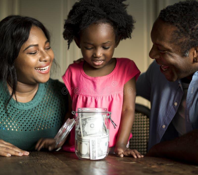 Concetto vivente di riposo domestico della Camera della famiglia di origine africana fotografia stock libera da diritti