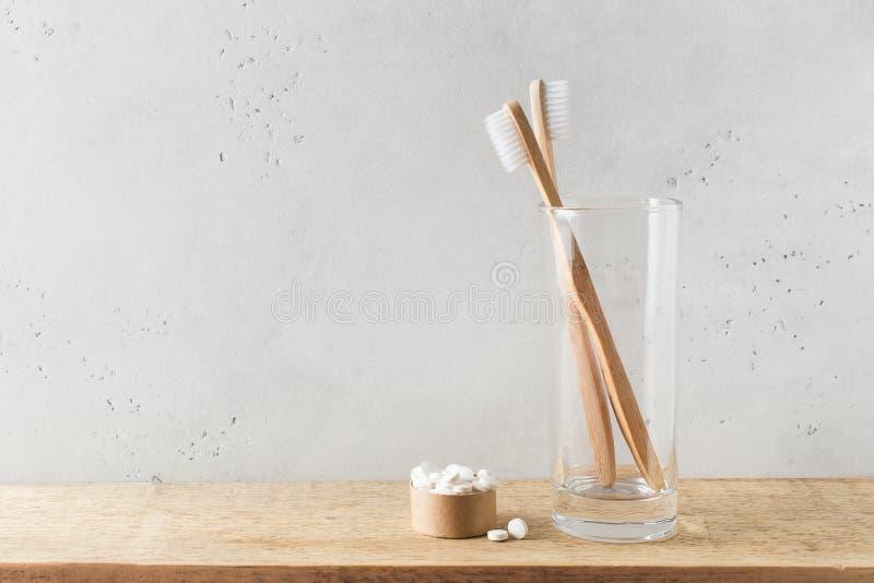 Concetto zero dello spreco, di sostenibilit? e di minimalismo Accessori ecologici di legno del bagno su fondo bianco immagine stock