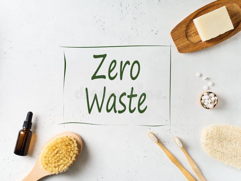 Concetto zero dello spreco, di sostenibilit? e di minimalismo Accessori ecologici di legno del bagno su fondo bianco fotografie stock