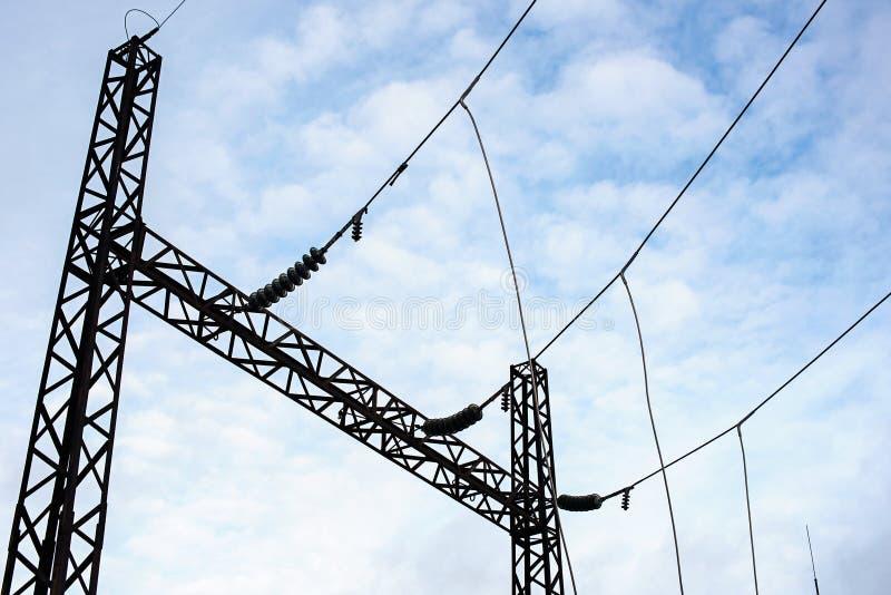Concevez avec les transformateurs de tension pour les réseaux à haute tension et le ciel avec des nuages photographie stock