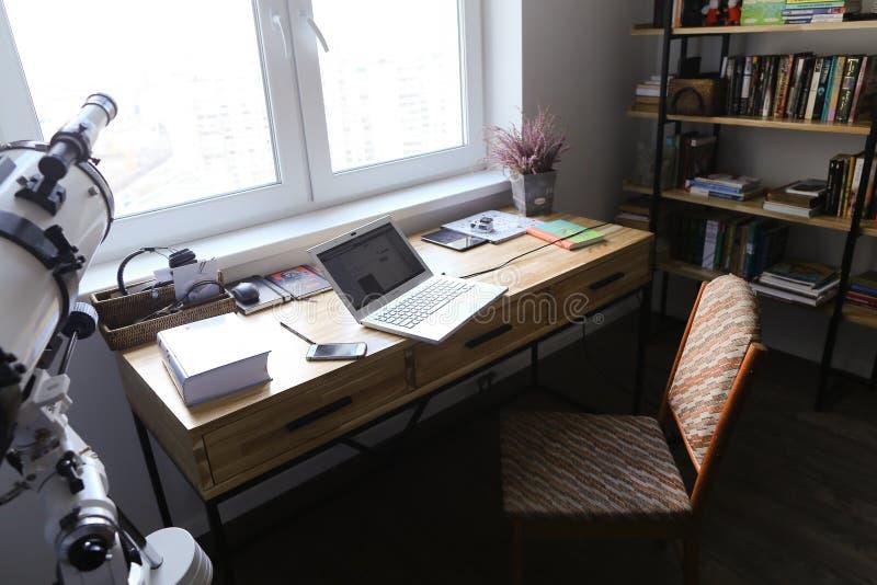 Concevez et avez équipé le bureau pour travailler des appareils dans le spacio image libre de droits