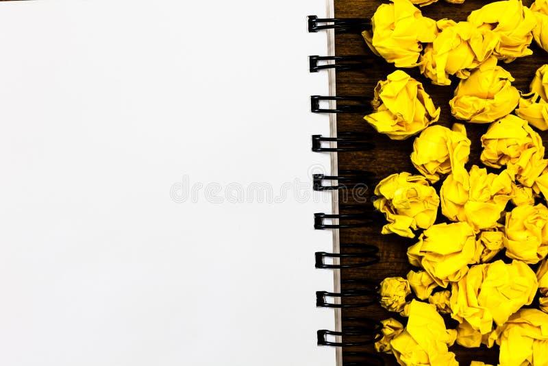 Concevez l'annonce d'affaires de concept d'affaires pour l'art gaspillé de couleur de feuilles chiffonné par annonce sociale vide images stock