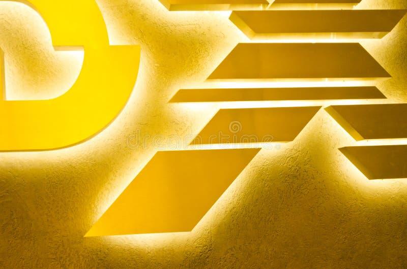 Concevez le fond avec jaune, orange, l'or et des couleurs brunes Formes géométriques sur le fond abstrait d'or images libres de droits