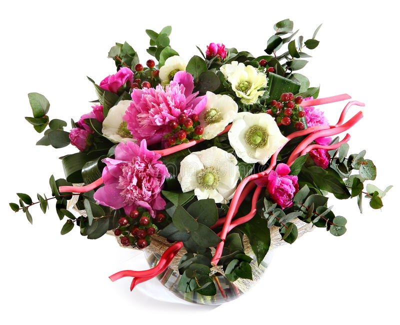Concevez un bouquet des pivoines roses, des pavots cultivés, et du hypericum. Dentelez les fleurs, fleurs blanches. Composition fl photo libre de droits