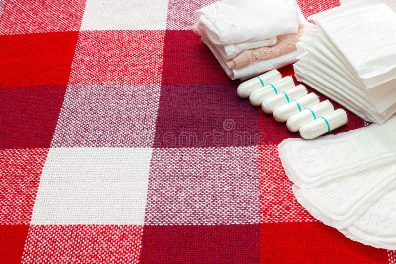 Concezione medica Tamponi del cuscinetto sanitario e del cotone di mestruazione per protezione di igiene della donna Protezione t immagine stock libera da diritti
