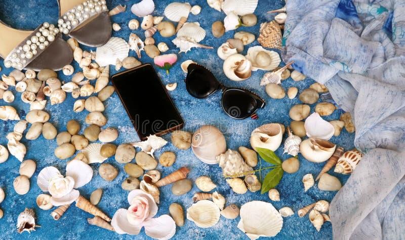 Concha marina y flores del fSea del smartphone de los sunglass de las sandalias del bolso del verano de los accesorios de las muj imágenes de archivo libres de regalías