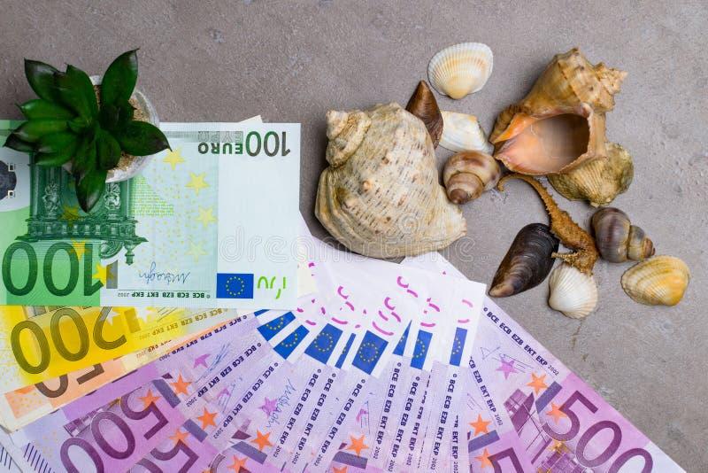 Conchiglie e guarnizione con gli euro soldi di festa dei soldi Soldi per la vacanza fotografia stock