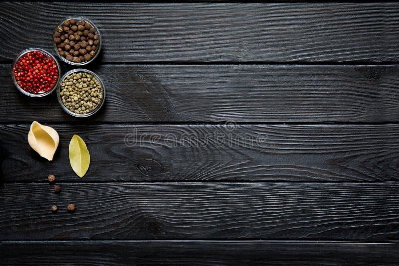 Conchiglie mit Lorbeerblatts, Grünen und Roten Pfeffer des Jamaikapfeffers, des auf Rost stockfotos