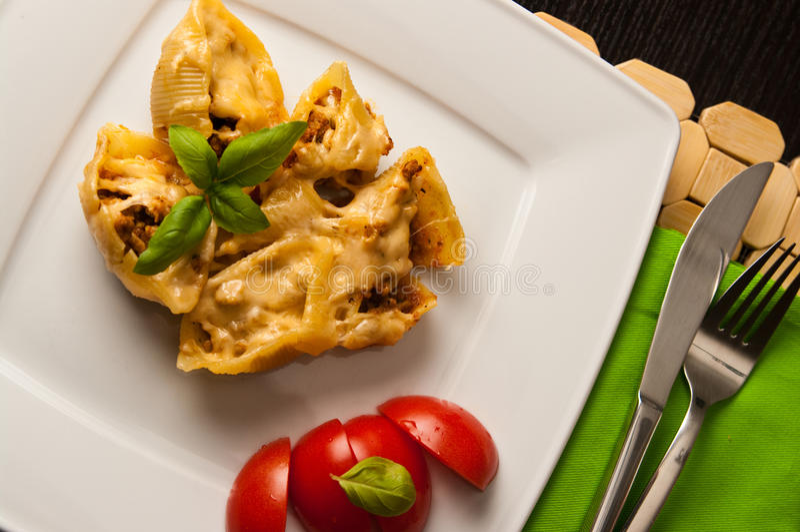 Conchiglioni κοχυλιών ζυμαρικών που γεμίζεται με το κρέας στοκ εικόνες