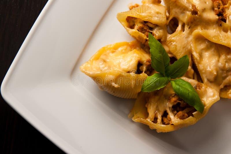 Conchiglioni κοχυλιών ζυμαρικών που γεμίζεται με το κρέας στοκ φωτογραφία με δικαίωμα ελεύθερης χρήσης