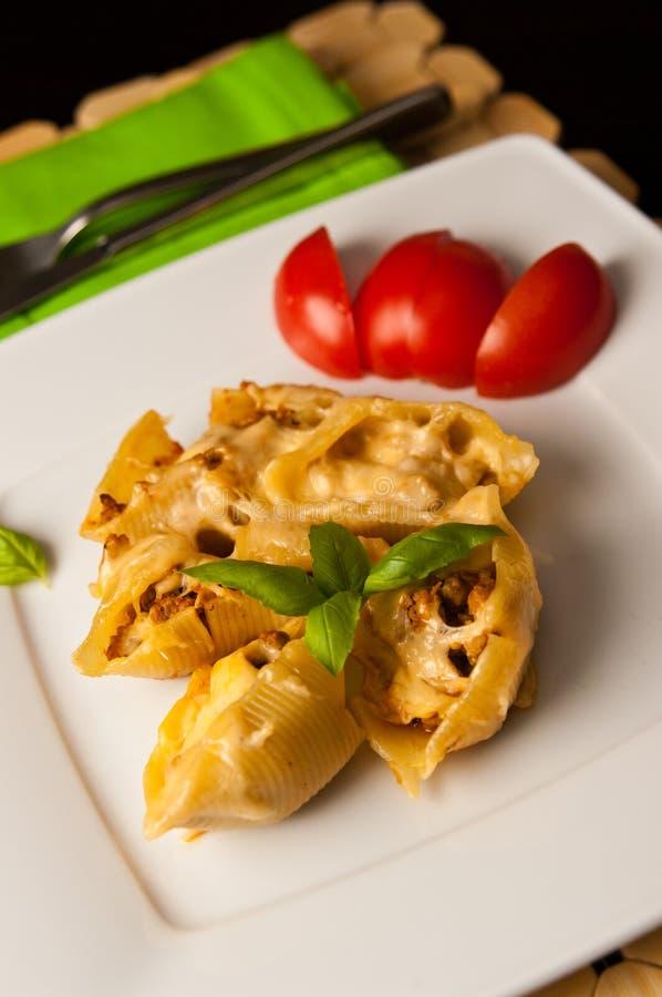 Conchiglioni κοχυλιών ζυμαρικών που γεμίζεται με το κρέας στοκ φωτογραφία