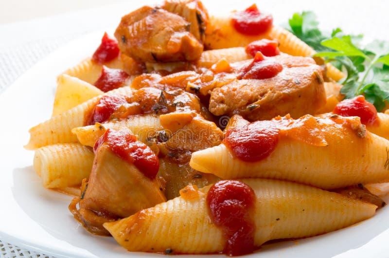Conchiglionideegwaren van het fragmentgedeelte en het vlees van Turkije stock foto