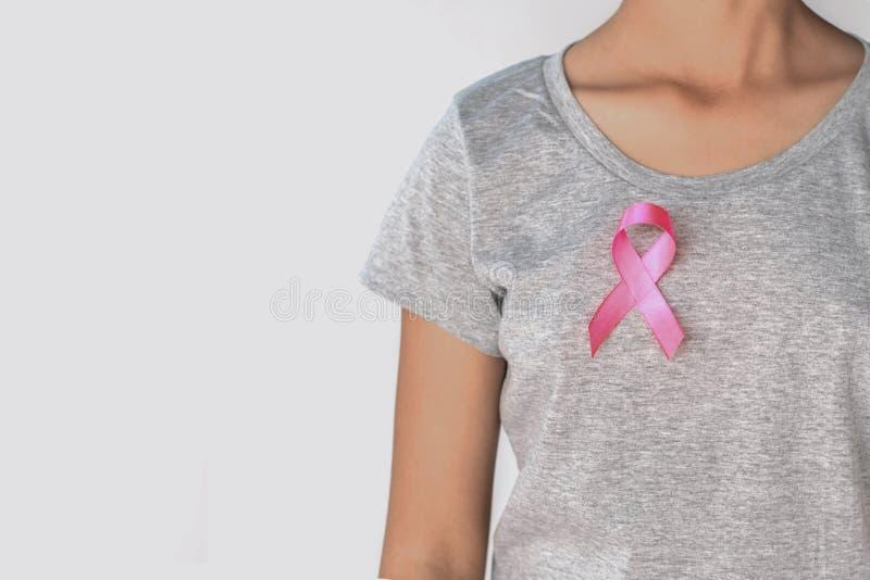 conciencia del cáncer de pecho de la cinta del rosa de la mujer Atención sanitaria del concepto imágenes de archivo libres de regalías