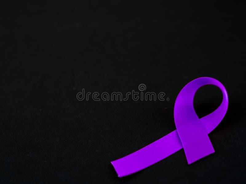Conciencia púrpura de la cinta en fondo negro fotos de archivo