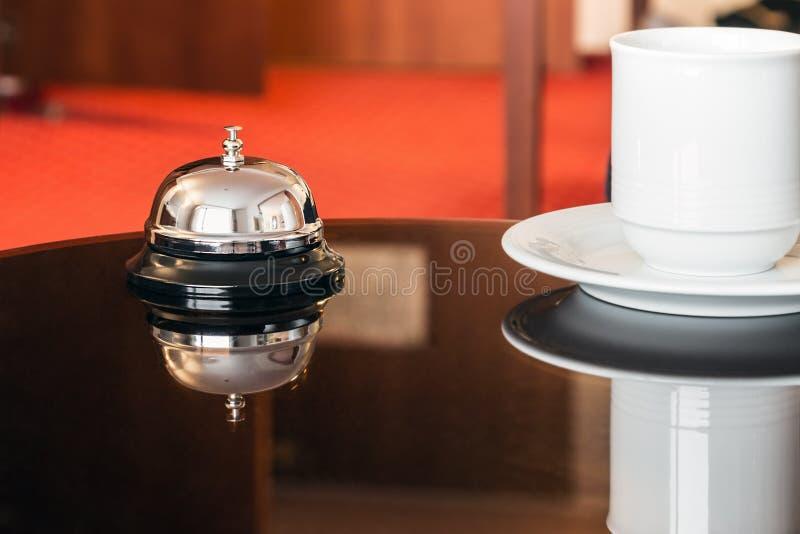 Concierge del hotel mantenga la campana en un hotel imagen de archivo libre de regalías