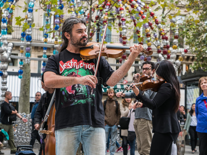 Concierte el violín principal y primer de una orquesta de la calle de París imagen de archivo libre de regalías