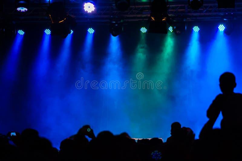 Concierte a la muchedumbre que asiste a un concierto, gente que las siluetas son visibl imagen de archivo libre de regalías
