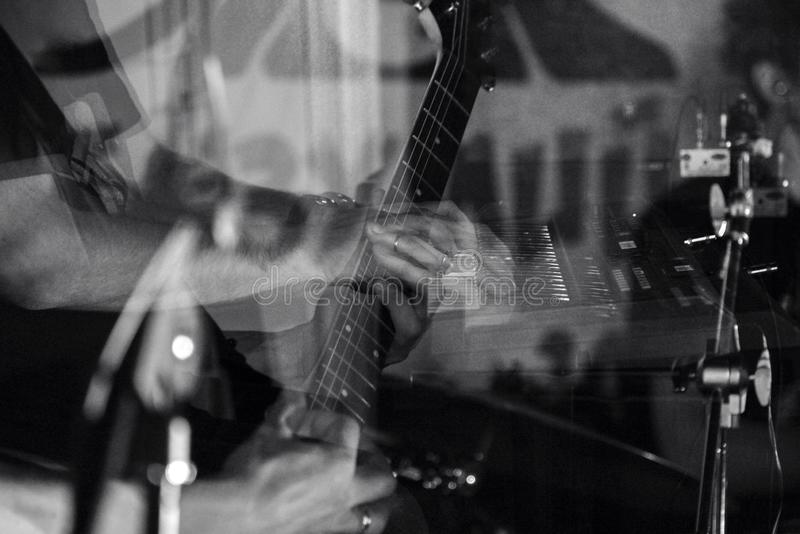 Concierto abstracto del guitarrista de los músicos blanco y negro imagen de archivo libre de regalías