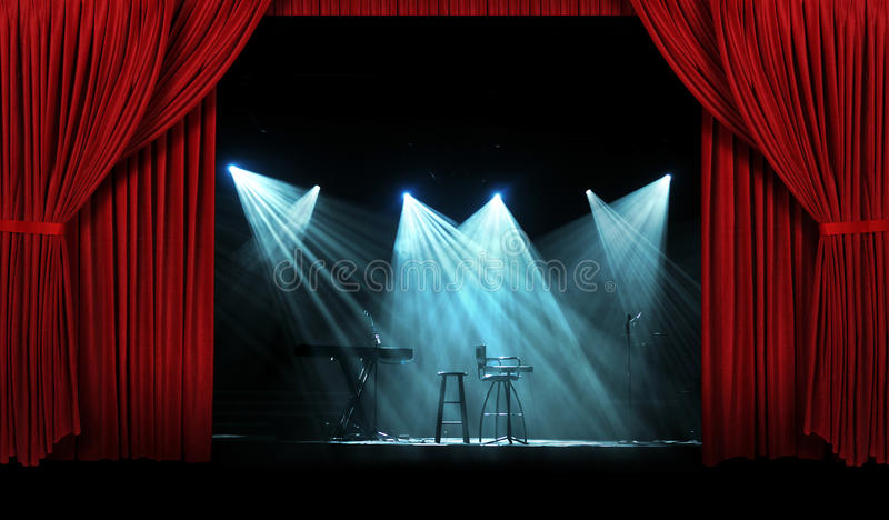 Concierto con la etapa con las cortinas rojas imagen de archivo