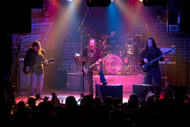 Concierto de la banda de rock en club de noche fotos de archivo libres de regalías