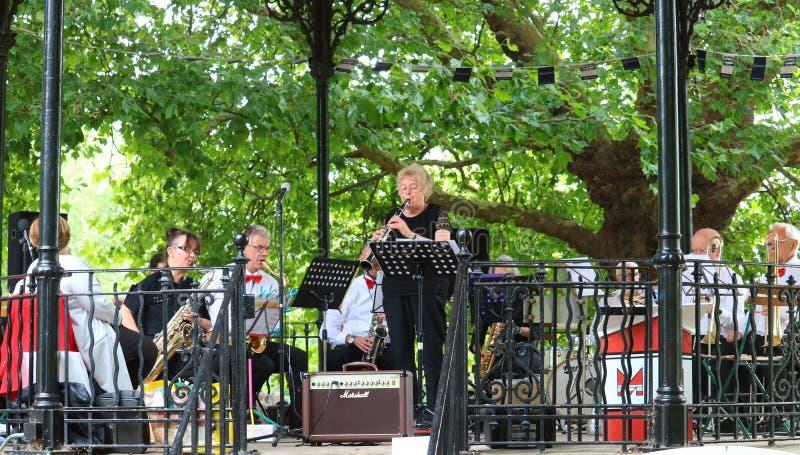 Concierto de la banda del aire abierto en un parque BRITÁNICO foto de archivo libre de regalías