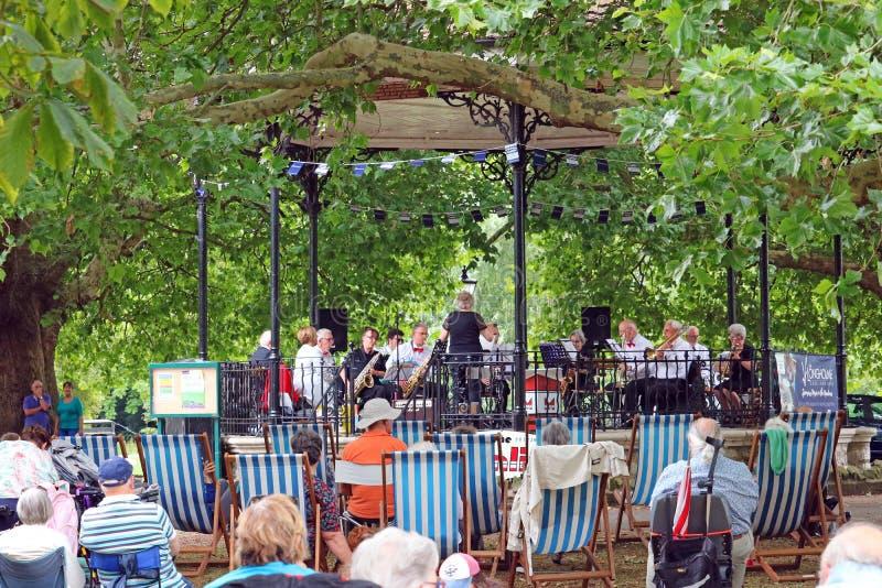 Concierto de la banda del aire abierto en un parque BRITÁNICO imagen de archivo libre de regalías