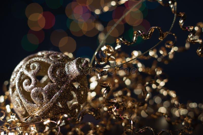Concierto de la Navidad con los accesorios de oro imagenes de archivo