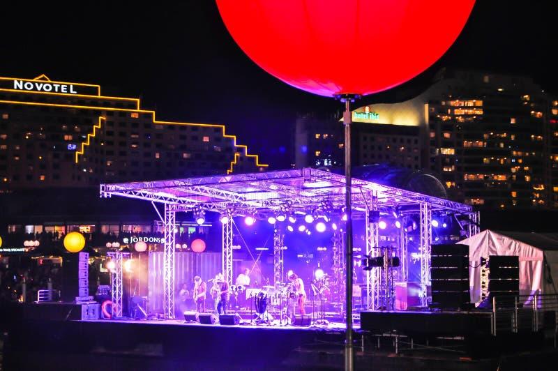 Concierto de la noche en etapa flotante en la bahía del berberecho, puerto querido en la Noche Vieja 2010 imagen de archivo libre de regalías