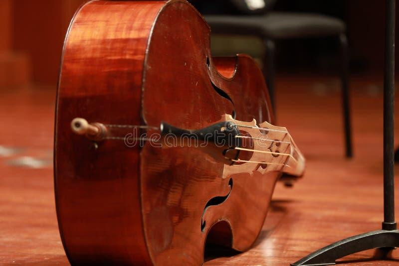 Concierto del violoncelo Violoncelo del instrumento musical aislado en piso foto de archivo libre de regalías