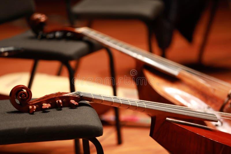 Concierto del violoncelo Violoncelo del instrumento musical en la silla imagen de archivo libre de regalías