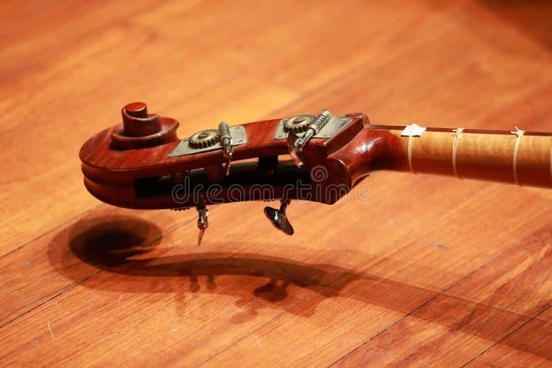 Concierto del violoncelo Violoncelo del instrumento musical en piso foto de archivo