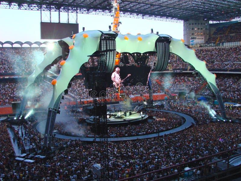 Concierto U2 en Milano imagen de archivo