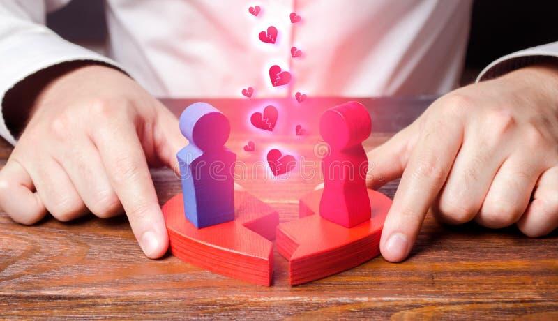 Conciliación y mejora psicológicas de relaciones entre los cónyuges el psicólogo conecta dos figuras de un hombre y de una mujer fotos de archivo libres de regalías
