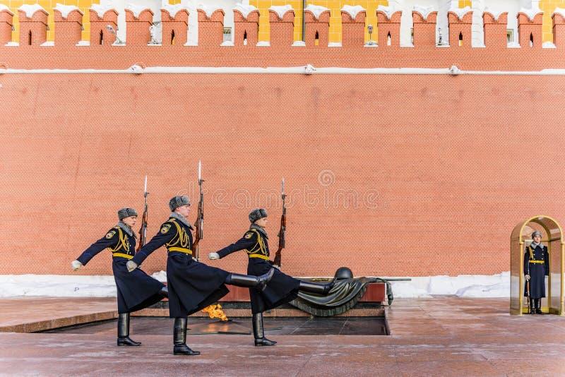 Conclusão da cerimônia de mudar o pulso de disparo perto do fogo eterno e do túmulo de um soldado desconhecido moscow foto de stock royalty free