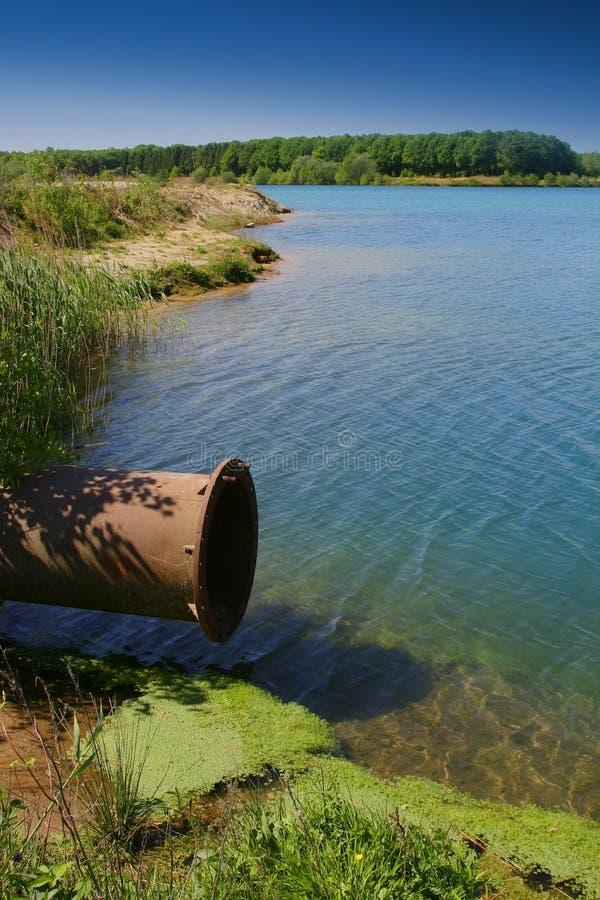 Conclusión de la tubería en el lago imagen de archivo