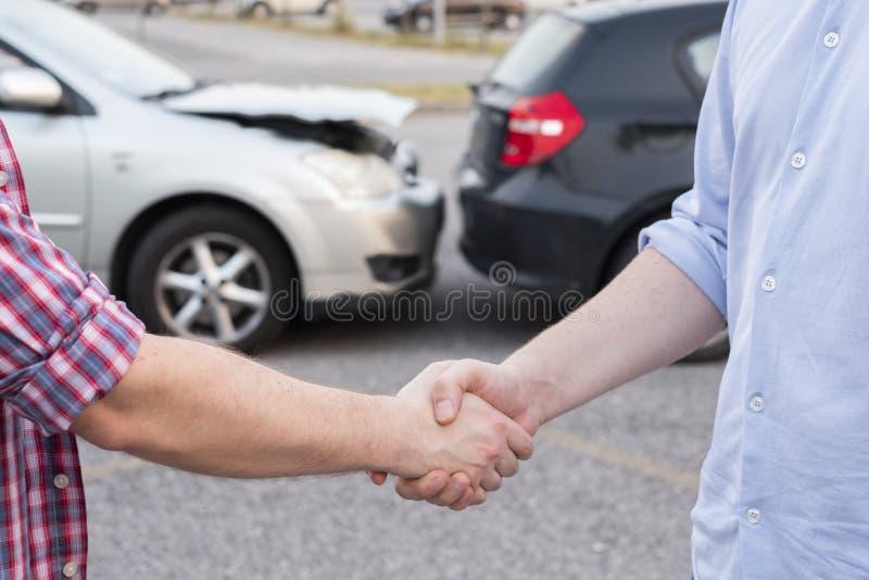 Conclusion de l'accord après accident de voiture images stock