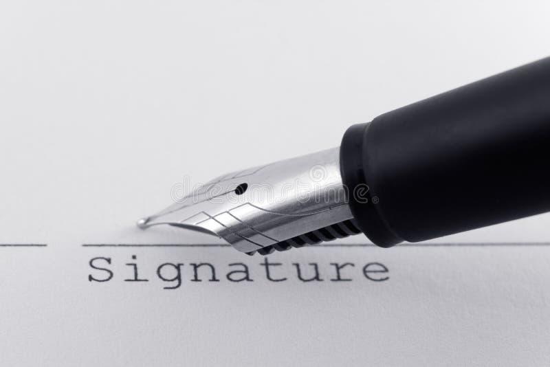 Conclusion de l'affaire avec le stylo-plume images stock