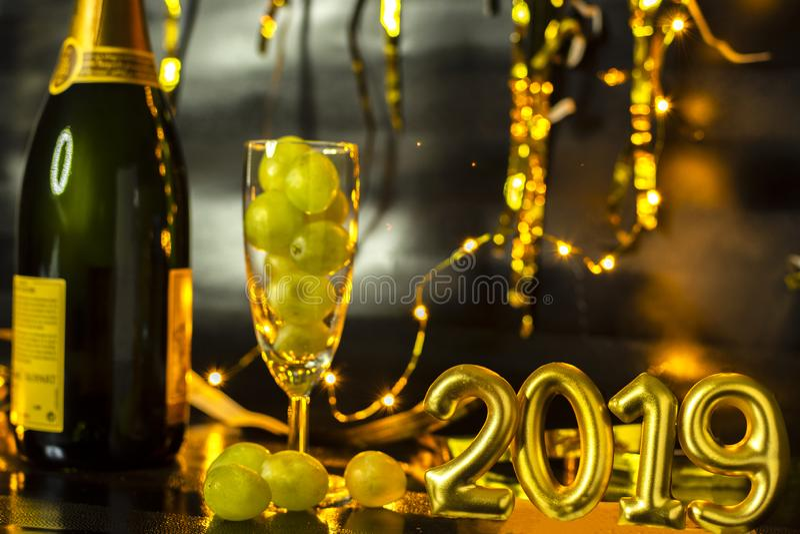 Conclusione del concetto di anno Vetro di champagne con l'uva dentro fotografia stock