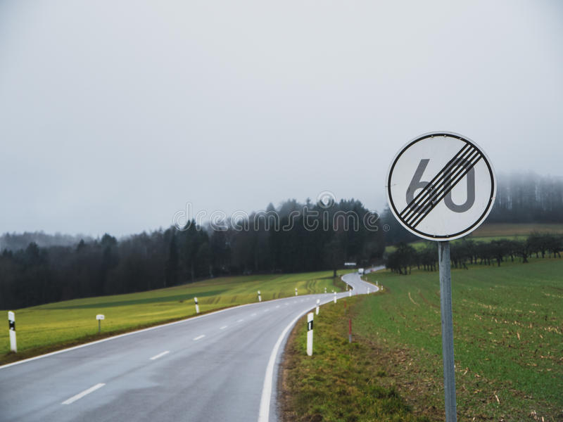 Conclusione del limite di velocità con la strada curvy immagine stock libera da diritti