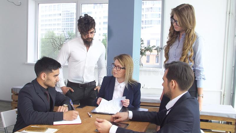 Conclusione della transazione e della firma dell'accordo di cooperazione Riuscito uomo di affari ad una riunione nel fotografie stock libere da diritti