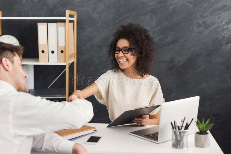 Conclusione di riuscita intervista di lavoro, spazio della copia immagine stock