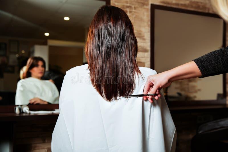 Conclusione lunga tagliata parrucchiere alla donna del yuong immagine stock libera da diritti
