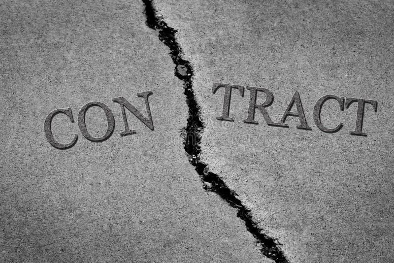 Conclusione rotta pericolosa del contratto del vecchio cemento incrinato del marciapiede del immagine stock libera da diritti