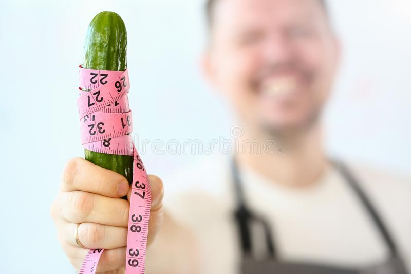 Concombre de sourire de Measuring Coiled Green de chef photographie stock libre de droits