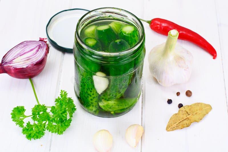 Concombre en marinade, conserves au vinaigre photographie stock libre de droits