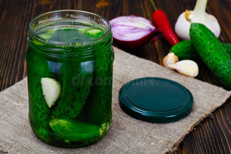 Concombre en marinade, conserves au vinaigre images stock