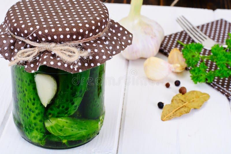 Concombre en marinade, conserves au vinaigre photo stock